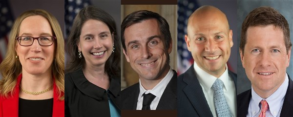 Atuais comissários da SEC. Dá esqueda para a direita: Hester Pierece, Kara Stein, Robert Jackson, Elad Roisman e Jay Clayton.