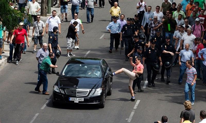 Motorista do Uber é atacado durante protesto dos taxistas!