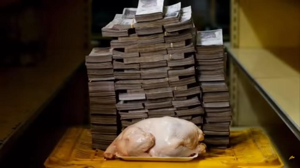 Graças a desvalorização do papelzinho colorido, os  venezuelanos levam pilhas de dinheiro para comprar itens de consumo comum.
