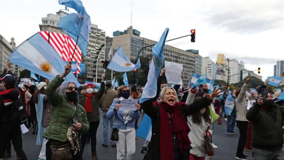 Argentinos vão às ruas protestar contra novas medidas de restrição
