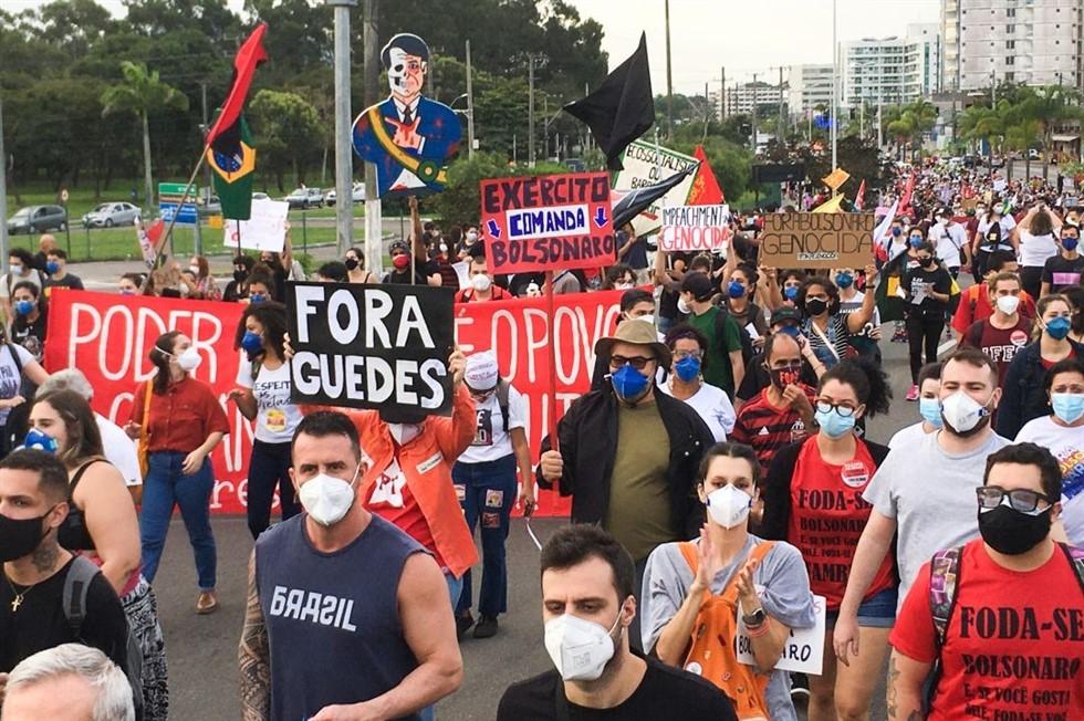 Povo protestanto fora Bolsonaro e outros apoiando Bolsonaro com militares no poder.